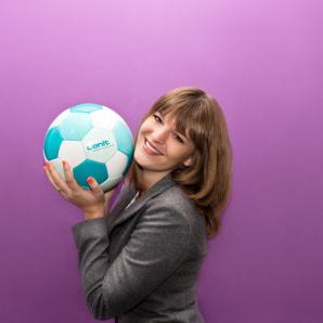 Werbefussball Fotoshooting Kundin mit bedrucktem Logoball