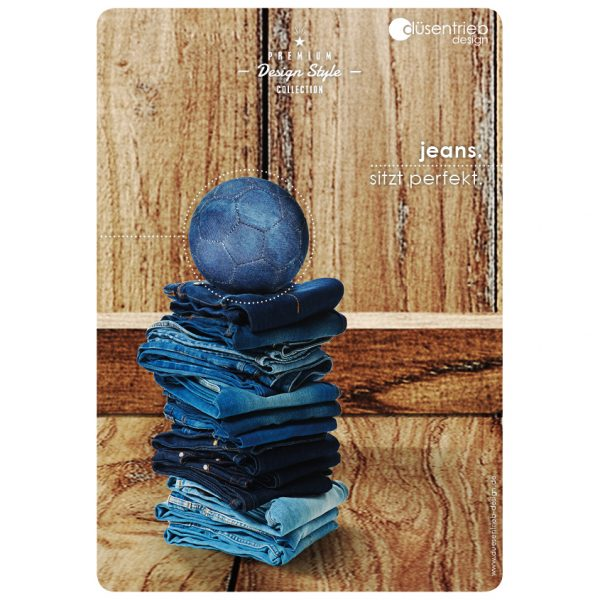 Plakat Jeans sitzt perfekt Designball auf Jeansstapel