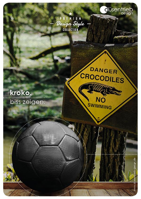 Plakat Kroko Biss zeigen Fußball aus Kunstleder mit Krokooptik