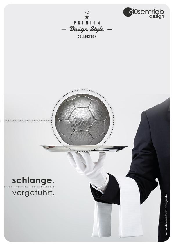 Plakat Serviert vorgeführt Designball Schlange auf Tablett