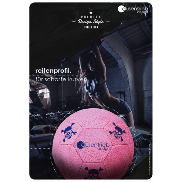 Plakat Reifen für scharfe Kurven mit pinkem Fußball
