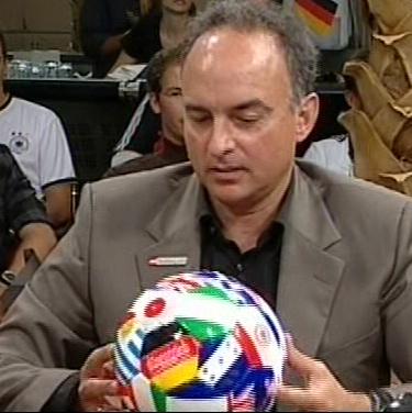 Ballübergabe von Hansi Müller düsentrieb design