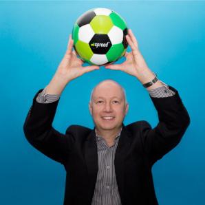 Werbefussball Fotoshooting Kunde mit Werbeball Logo