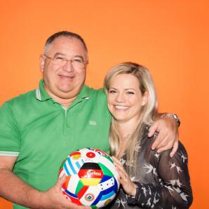 Werbefussball Fotoshooting Kunden mit Flaggenball