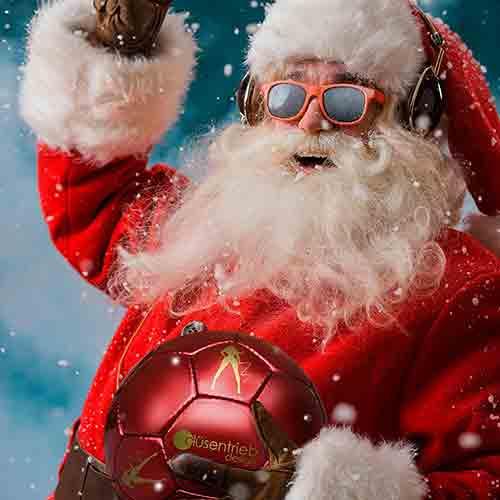 Frohe Weihnacht, Merry Christmas Weihnachtsmann mit rotem Latex Fußball